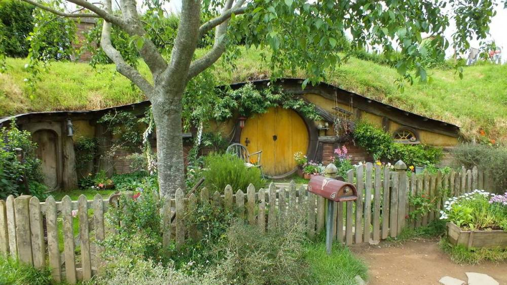 hobbit-hole-with-yellow-door-at-hobbiton-movie-set-in-matamata-new-zealand-pic-3